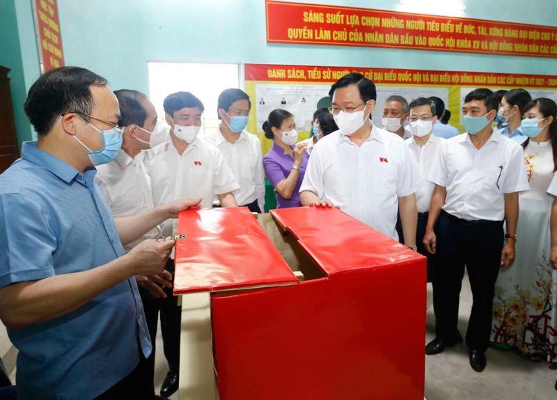 Chủ tịch Quốc hội Vương Đình Huệ kiểm tra công tác chuẩn bị bầu cử tại Tuyên Quang (Ảnh TC).