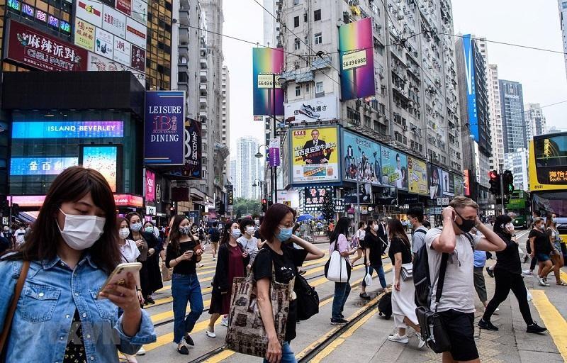 Người dân đeo khẩu trang phòng dịch Covid-19 tại Hong Kong. Ảnh: AFP/TTXVN