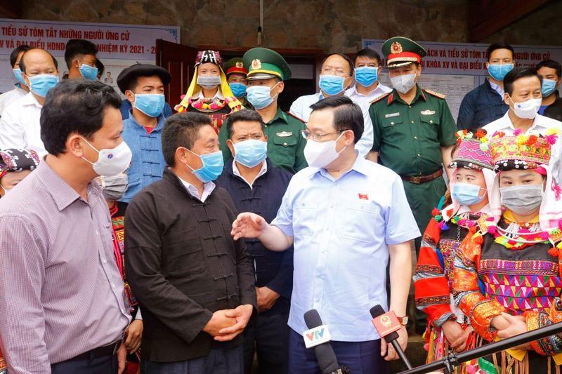 Chủ tịch Quốc hội Vương Đình Huệ (áo xanh) trò chuyện với cử tri khi.