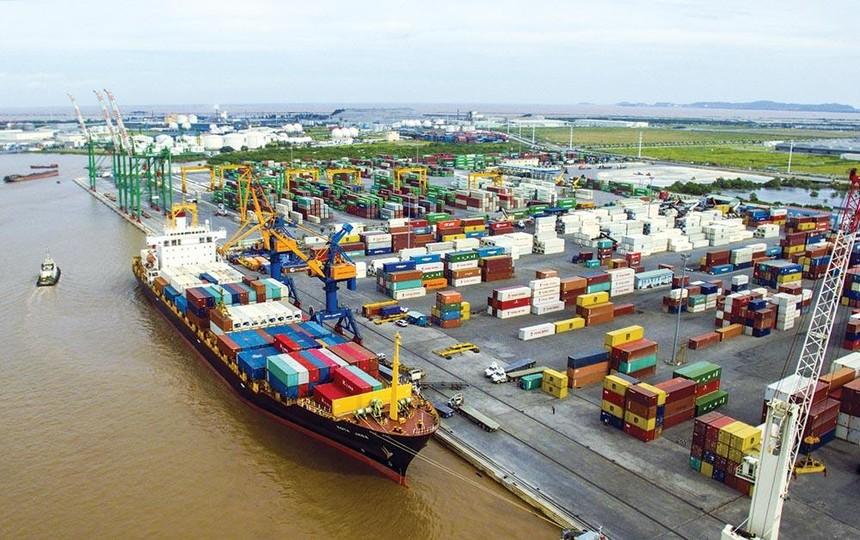 Hàng hóa thông qua cảng tại Khu kinh tế Đình Vũ - Cát Hải ảnh: việt dũng