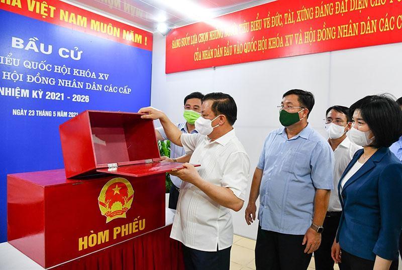 Bí thư Thành ủy Đinh Tiến Dũng kiểm tra hòm phiếu ở Khu vực bỏ phiếu tại Chung cư N014 (phường Định Công, quận Hoàng Mai).