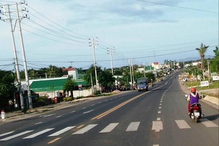 Hiện Quốc lộ 26 (trong ảnh) là tuyến đường bộ duy nhất kết nối Đắk Lăk ra các cảng biển Nam Trung Bộ.