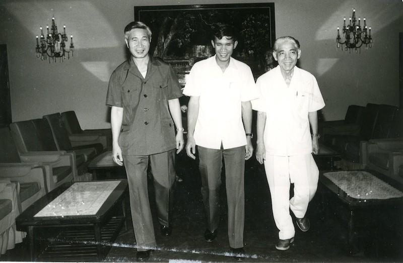 Bộ trưởng Bộ Ngoại giao Nguyễn Cơ Thạch, Bộ trưởng Bộ Ngoại giao Campuchia Hun Sen và Bộ trưởng Bộ Ngoại giao Lào Phoune Sipaseuth tại Hội nghị Bộ trưởng Bộ Ngoại giao Campuchia - Lào - Việt Nam lần thứ 11 tại Phnom Penh (8/1985) (Ảnh: TTXVN)