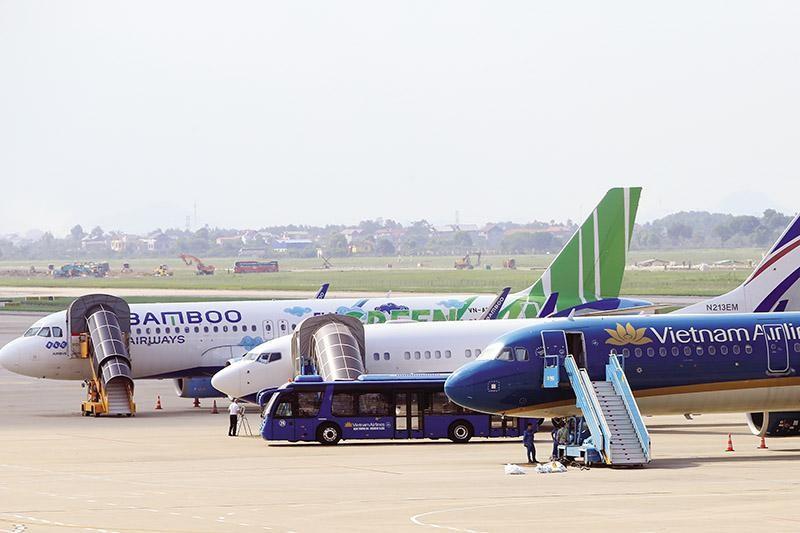 Theo đại diện Vietnam Airlines, việc áp dụng quy định giá trần kéo dài suốt 15 năm qua đang tạo ra lực cản lớn đối với các hãng hàng không.