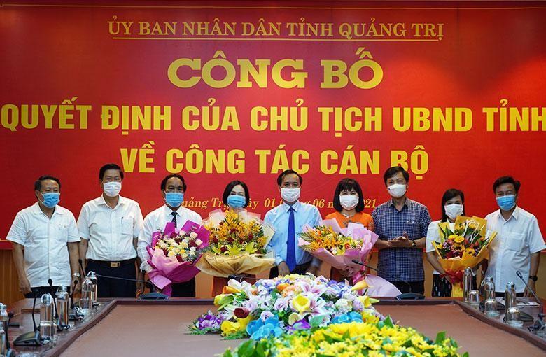 Chủ tịch UBND tỉnh Quảng Trị Võ Văn Hưng trao quyết định và tặng hoa chúc mừng các cán bộ được bổ nhiệm.