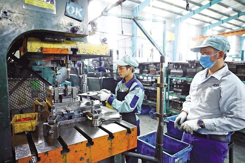 Nhiều chỉ số kinh tế vĩ mô cho thấy, kinh tế Việt Nam vẫn đang trụ vững. Trong ảnh: Nhà máy JAT chuyên sản xuất thiết bị phụ trợ cho các hãng xe tại Bắc Ninh