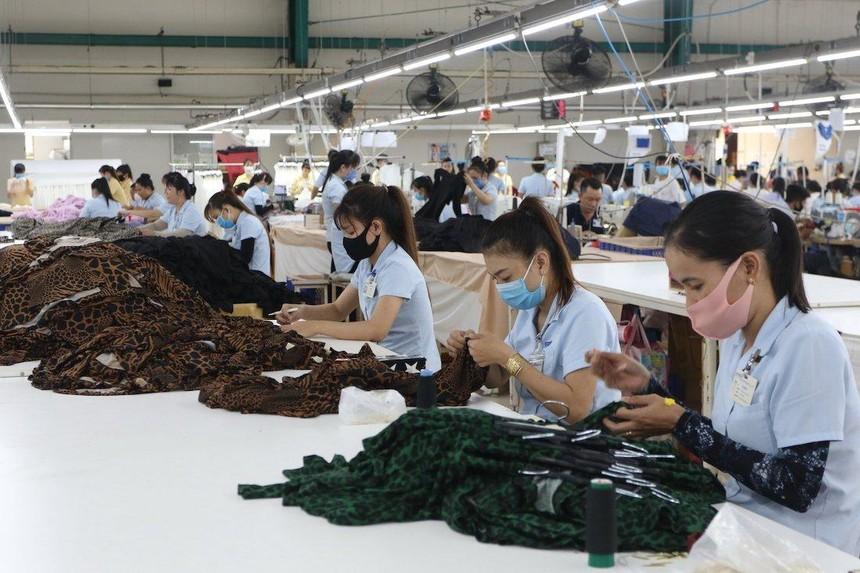 Công nhân làm việc tại nhà máy may mặc ở TP.HCM (Ảnh: Lê Toàn).