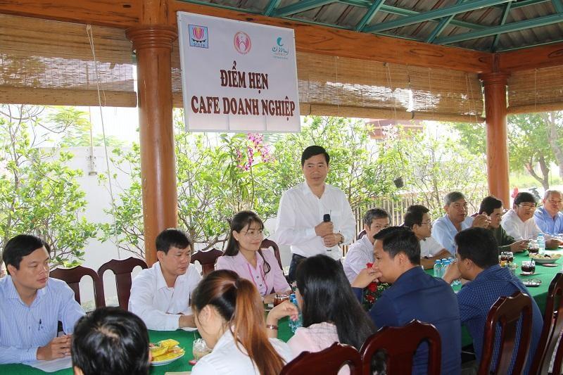 Ông Phạm Thiện Nghĩa, Chủ tịch UBND tỉnh Đồng Tháp trao đổi với các doanh nghiệp tại điểm hẹn cafe doanh nghiệp. Ảnh: Văn Khương