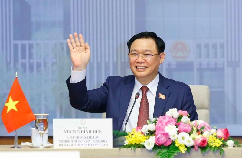 Chủ tịch Quốc hội Vương Đình Huệ hội đàm trực tuyến với Chủ tịch Quốc hội Campuchia Xăm-đéc Hêng Xom-rin (Ảnh TTXVN)