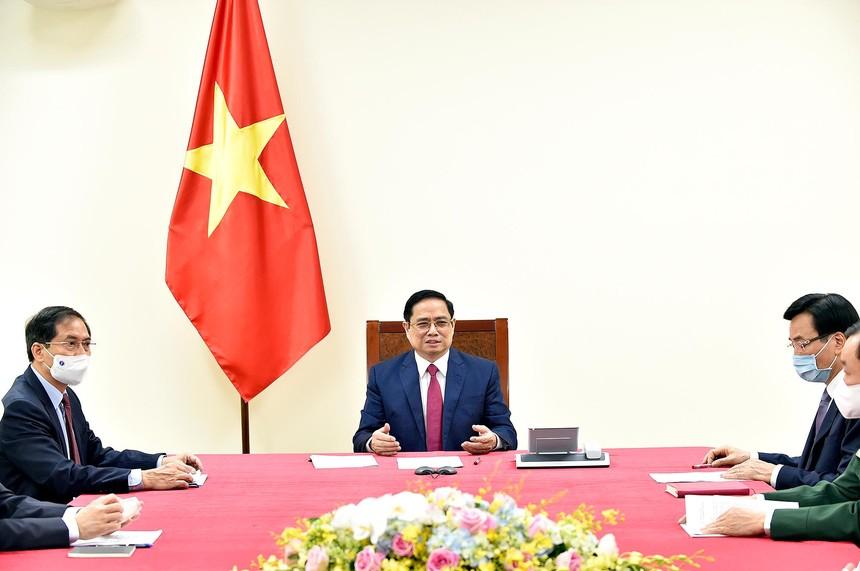 Thủ tướng Phạm Minh Chính điện đàm với Thủ tướng Trung Quốc Lý Khắc Cường (Ảnh: Nhật Bắc)