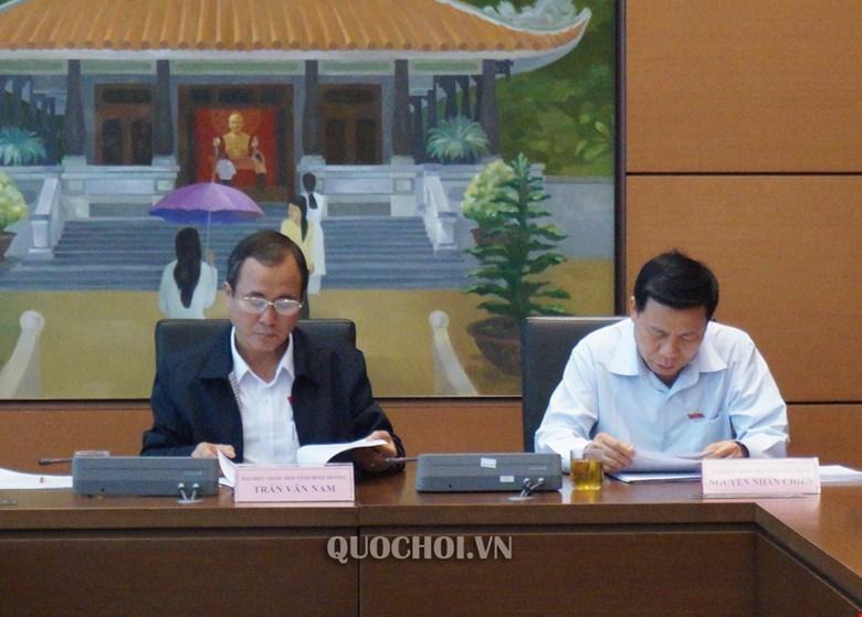 Ông Trần Văn Nam (trái) tại một phiên họp tổ của Quốc hội.