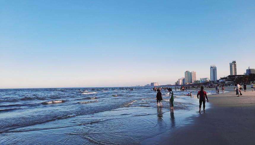 Thành phố Đà Nẵng cho phép tắm biển trở lại.