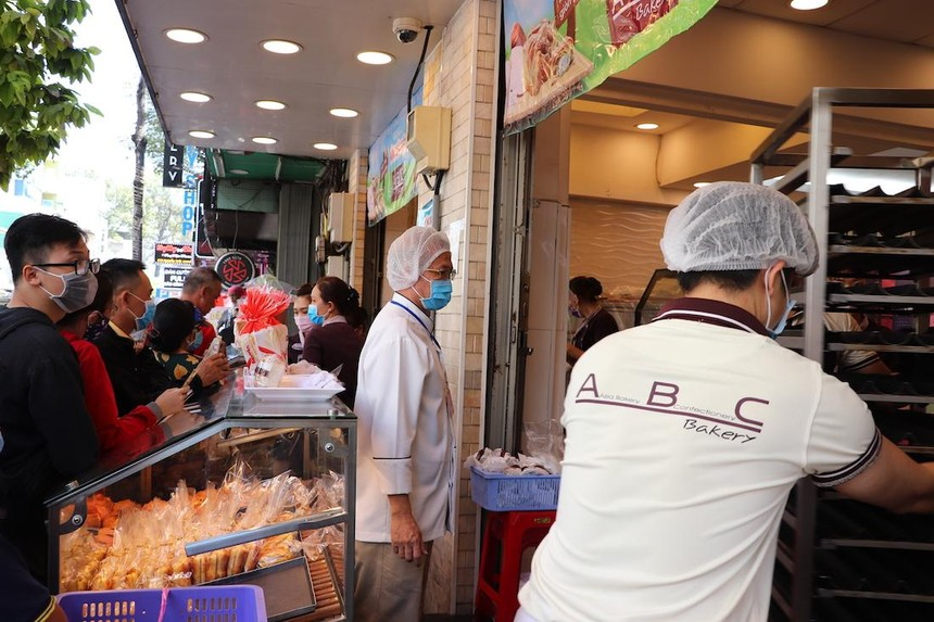 Người dân TP.HCM mua bánh mì tại cửa hàng ABC Bakery (Ảnh minh hoạ: Hồng Phúc).