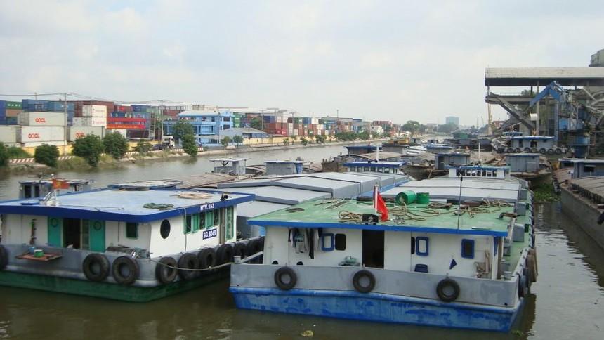 Sà lan vận chuyển hàng hóa trên một tuyến kênh đào khu vực Đồng bằng sông Cửu Long
