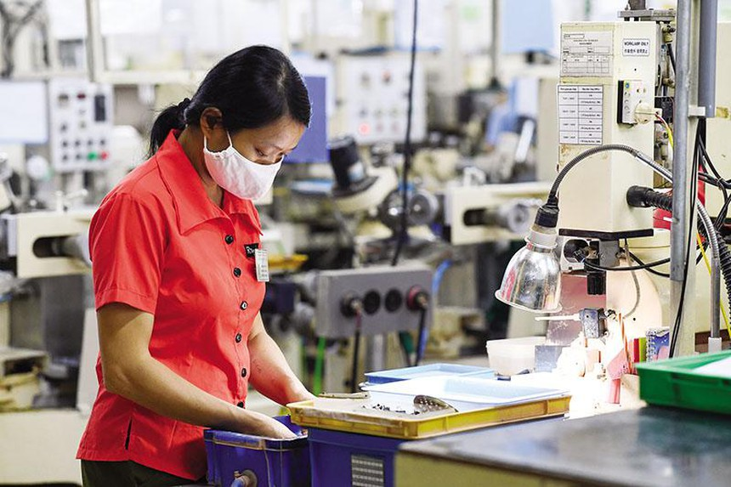 Sản xuất thấu kính tại Công ty R Technical Vietnam (Hòa Bình). Ảnh: Đức Thanh