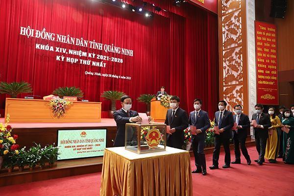Các thành viên HĐND tỉnh Quảng Ninh khoá XIV bỏ phiếu bầu các chức danh của HĐND tỉnh.