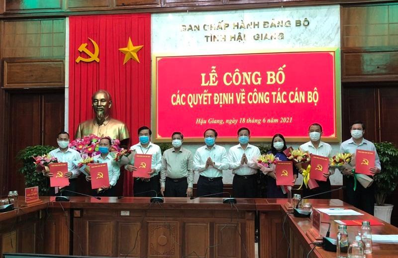 Lãnh đạo tỉnh Hậu Giang trao quyết định về công tác cán bộ