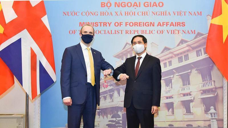 Bộ trưởng Ngoại giao Bùi Thanh Sơn và Bộ trưởng Ngoại giao và Phát triển Anh Dominic Raab (Ảnh: Tuấn Anh)