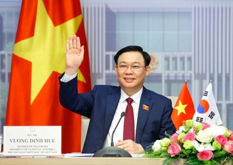 Chủ tịch Quốc hội Vương Đình Huệ tại đầu cầu Nhà Quốc hội Việt Nam.