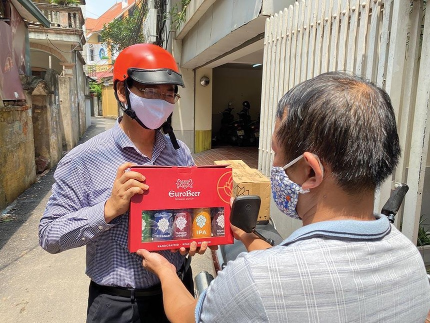 CEO AZA Travel Nguyễn Tiến Đạt đi ship hàng cho khách.