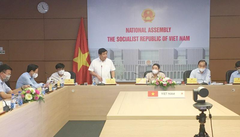 Bộ trưởng Bộ Kế hoạch và Đầu tư Nguyễn Chí Dũng phát biểu tại phiên họp.