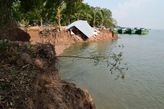 Sạt lở bờ sông Tiền tại thành phố Hồng Ngự, tỉnh Đồng Tháp (Ảnh; Báo Đồng Tháp Online)