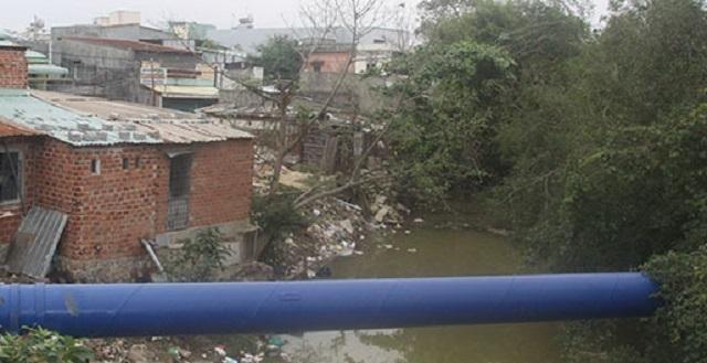 Đoạn dọc sông Dinh, nhiều hộ dân cư lấn chiếm xây nhà, công trình làm hẹp dòng sông, ảnh hưởng tới tiêu thoát lũ.