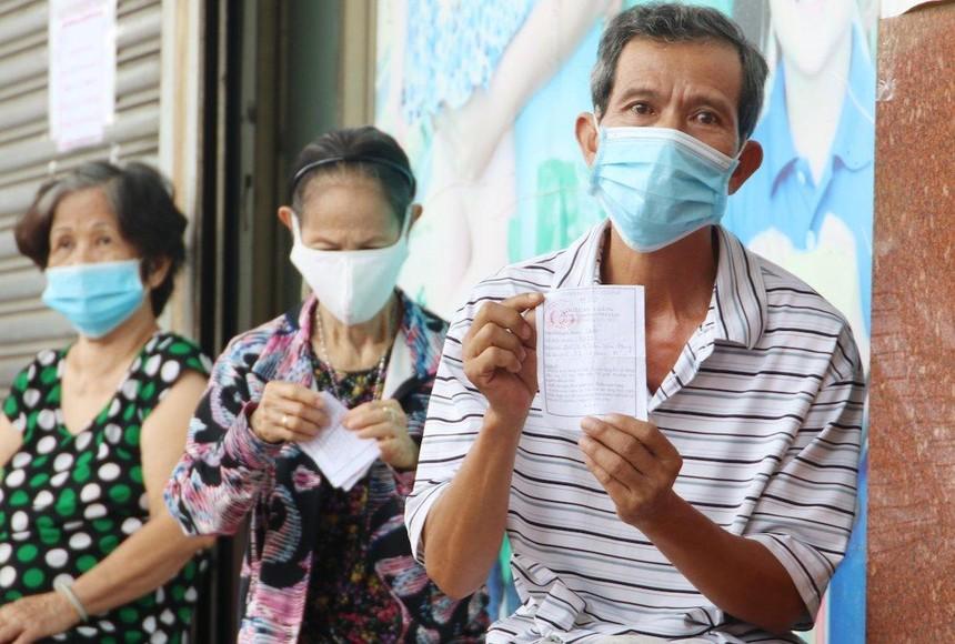 Người dân tại TP.HCM sử dụng thẻ đi chợ khi mua sắm hàng hoá (Ảnh: Lê Toàn).
