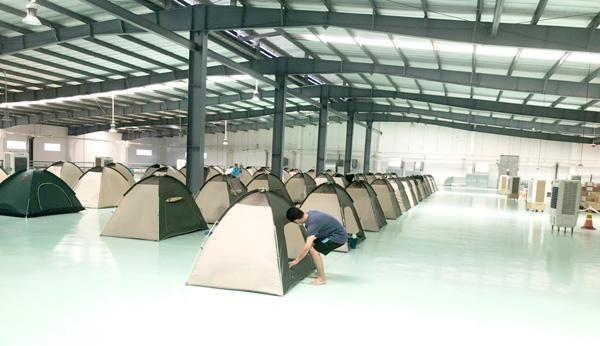 """Không phải doanh nghiệp nào cũng đủ điều kiện thực hiện 3 tại chỗ. Trong ảnh:Công ty TNHH Daikan Việt Nam ở Khu công nghiệp Amata (TP.Biên Hòa) áp dụng """"3 tại chỗ"""" để phòng chống dịch bệnh Covid-19. Ảnh: Hương Giang"""