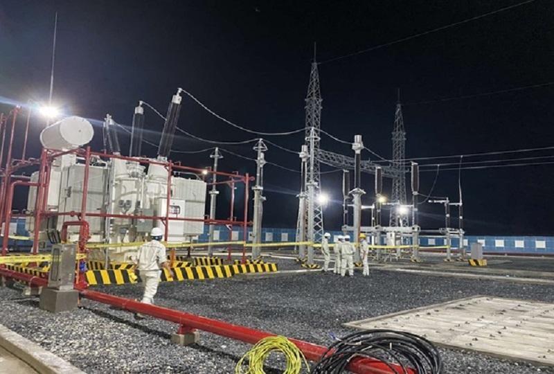 Công ty CP Điện gió Trung Nam Trà Vinh 1 đã thực hiện đóng điện thành công 02 máy biến áp T1 và T2 của Trạm biến áp và đường dây 220KV - Dự án Nhà máy Điện gió Đông Hải 1. Ảnh: Hoàng Duy