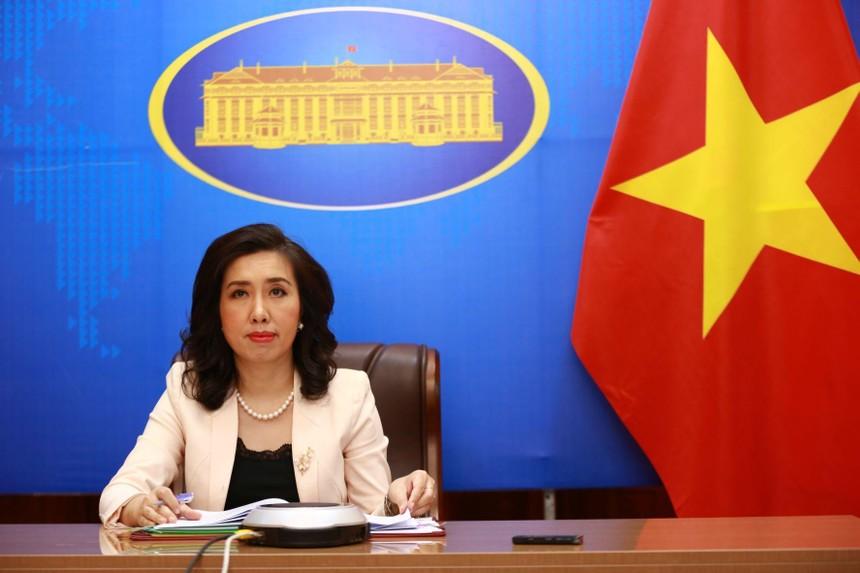 Người Phát ngôn Bộ Ngoại giao Lê Thị Thu Hằng trả lời các câu hỏi của báo chí tại cuộc họp báo trực tuyến chiều 5/8. (Ảnh: BNG)
