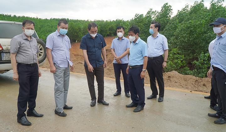 Thứ trưởng Bộ Giao thông vận tải Lê Đình Thọ (áo đen ở giữa) kiểm tra hiện trường dự án cao tốc Cam Lộ - La Sơn