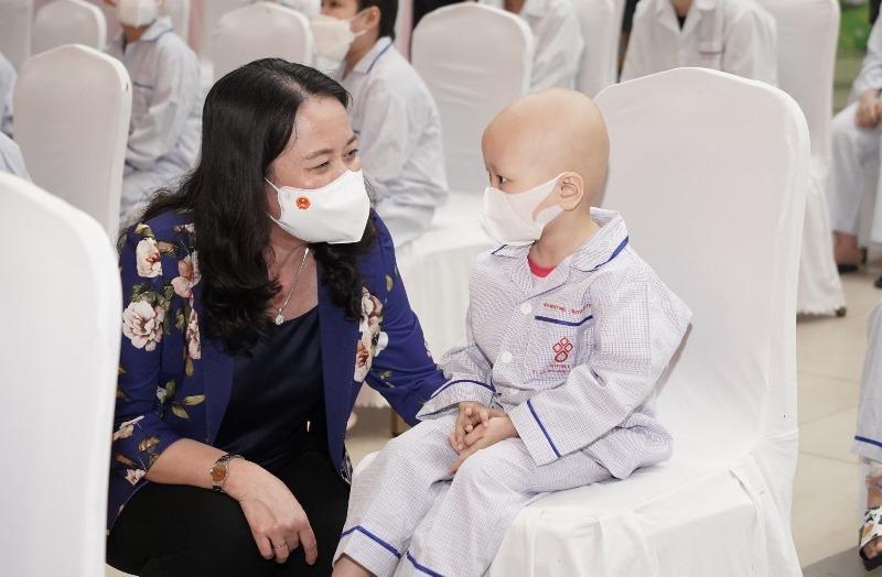 Phó Chủ tịch nước Võ Thị Ánh Xuân tặng quà Trung thu cho bệnh nhi