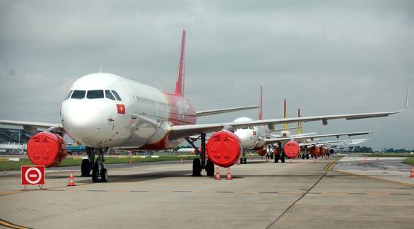 Hàng loạt máy bay phủ bạt động cơ do không khai thác trong thời gian dài tại sân bay Nội Bài. (Ảnh: Tuấn Phùng).