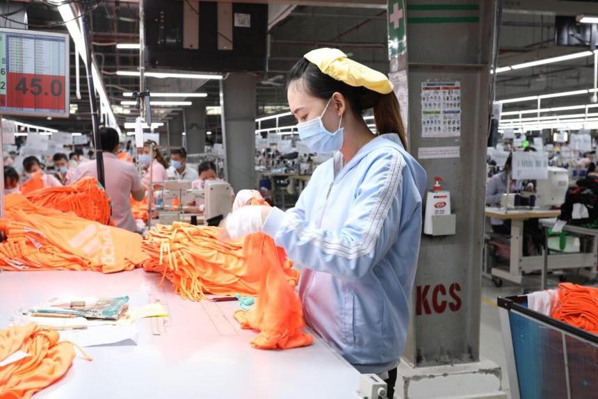 Người lao động làm việc trong nhà máy của Dệt may Thành Công (Ảnh: TCM)