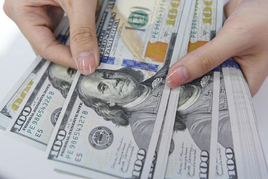 Chênh lệch cung - cầu ngoại tệ trong nền kinh tế tháng 8/2021 thâm hụt 700 triệu USD, trong khi tháng 7 thặng dư khoảng 1 tỷ USD. Ảnh: Dũng Minh