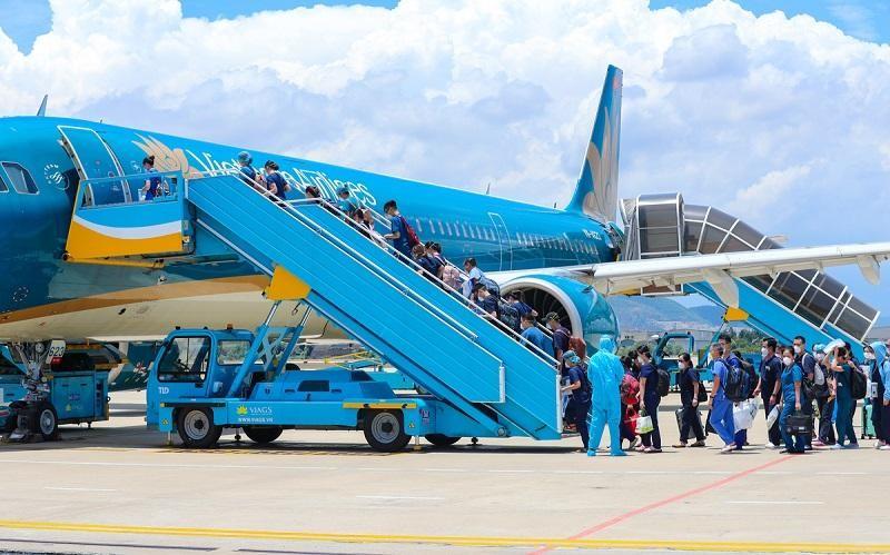 Một chuyến bay của Vietnam Airlines vận chuyển các bác sỹ, nhân viên y tế từ Hà Nội vào các tỉnh phía Nam chống dịch Covid-19