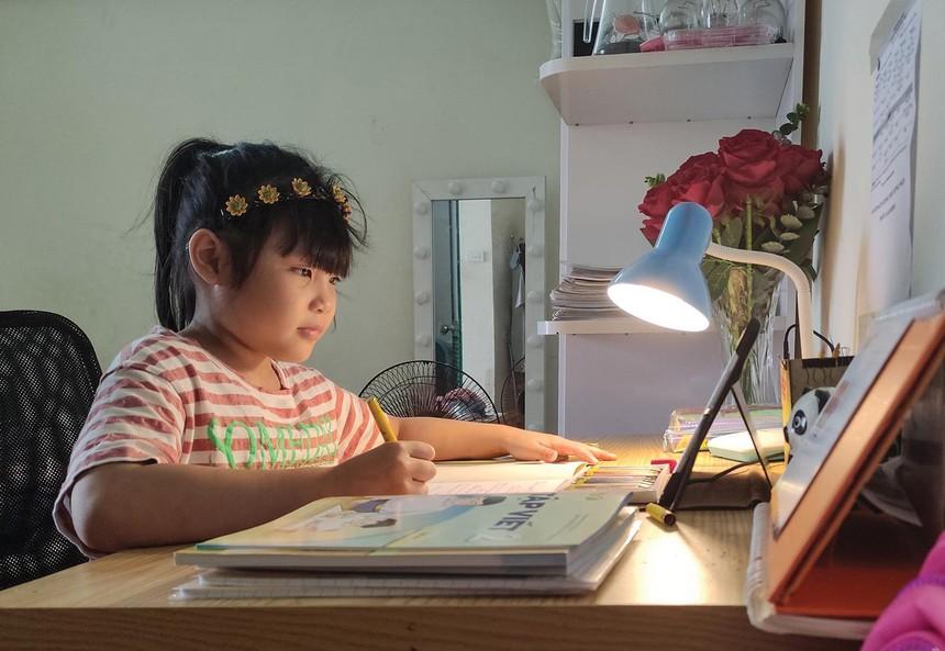 Việc học sinh phải học online tại nhà khiến bảo hiểm học sinh khó khai thác. Ảnh: Dũng Minh