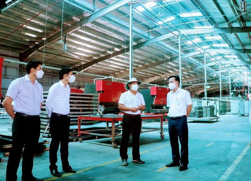 Phó Bí thư thường trực Tỉnh ủy Long An Nguyễn Thanh Hải (bìa phải) kiểm tra, khảo sát doanh nghiệp trở lại hoạt động sau dịch