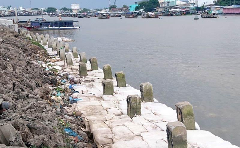 Công trình Kè bờ sông Cần Thơ- Ứng phó biến đổi khí hậu TP. Cần Thơ đang thi công