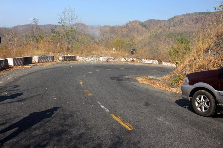 Nhiều đoạn đường đèo dốc, đường cong nằm, bán kính nhỏ nên việc vận chuyển hàng hóa trên QL28B tiềm ẩn nhiều nguy cơ mất an toàn giao thông. (Ảnh: Nguyệt Thu - báo Lâm Đồng).