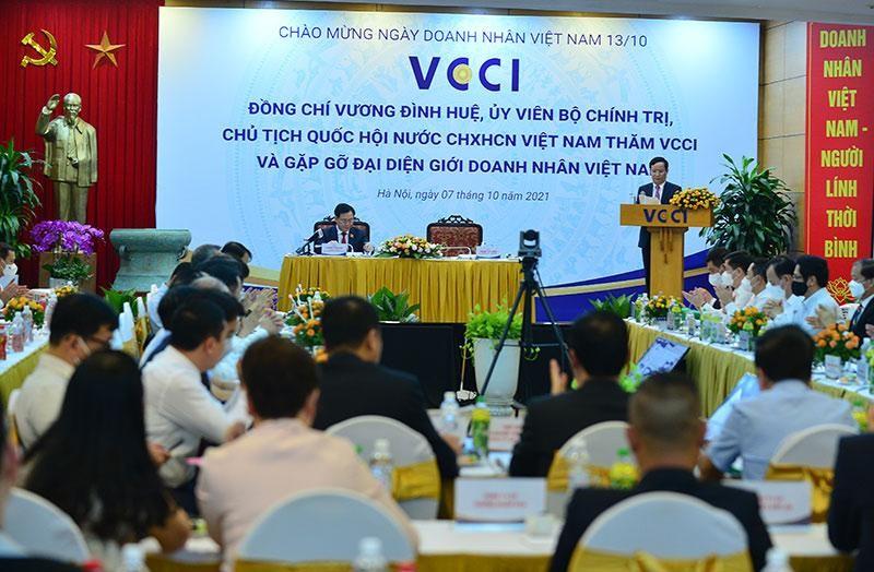 Chủ tịch VCCI Phạm Tấn Công báo cáo tại Cuộc gặp với Chủ tịch Quốc hội Vương Đình Huệ.