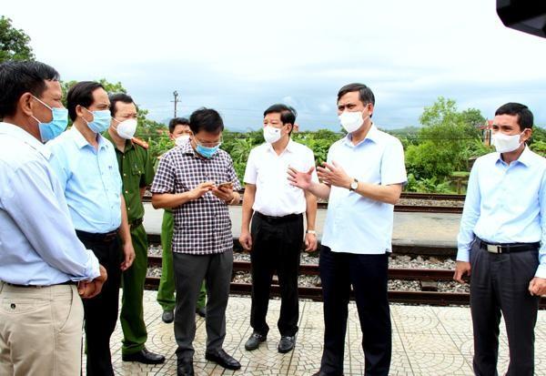 Chủ tịch UBND tỉnh Quảng Bình Trần Thắng tiến hành kiểm tra tại một điểm ga đón tiếp người dân trở về từ các tỉnh thành phía Nam.