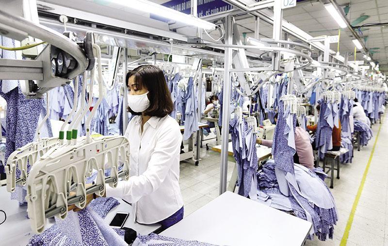Ngành dệt may đang không thiếu đơn hàng, song vấn đề hiện nay là khả năng thiếu lao động. Ảnh: Đ.T