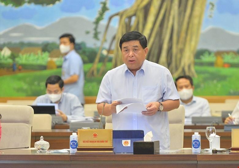 Bộ trưởng Bộ Kế hoạch và Đầu tư Nguyễn Chí Dũng báo cáo tại phiên họp.