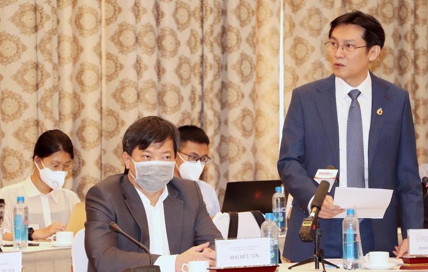 Ông Phạm Phú Trường, Chủ tịch Hội doanh nhân trẻ TP.HCM (đứng) đưa ra các đề xuất tại cuộc gặp Chủ tịch nước Nguyễn Xuân Phúc sáng 12/10 (Ảnh: Hồng Phúc).