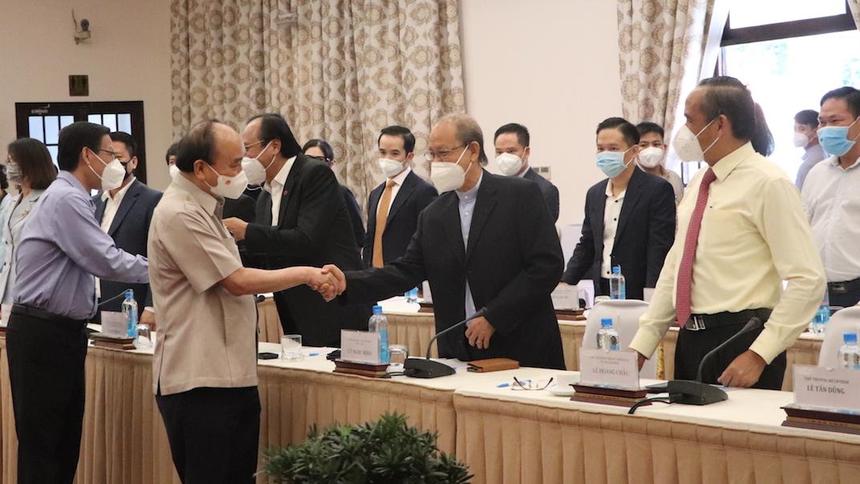 Chủ tịch nước Nguyễn Xuân Phúc bắt tay với ông Lý Ngọc Minh, Tổng giám đốc Công ty TNHH Minh Long I. (Ảnh: Hồng Phúc).