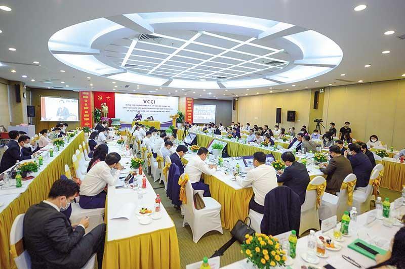 Mỗi doanh nhân, doanh nghiệp đều thể hiện khát vọng xây dựng đất nước bình an và phát triển. Trong ảnh: Chủ tịch Quốc hội Vương Đình Huệ làm việc với các doanh nghiệp tại VCCI