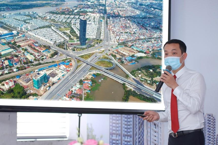 Ông Đỗ Hữu Hậu, Phó tổng giám đốc TCH đang cập nhật tiến độ xây dựng các dự án của Công ty