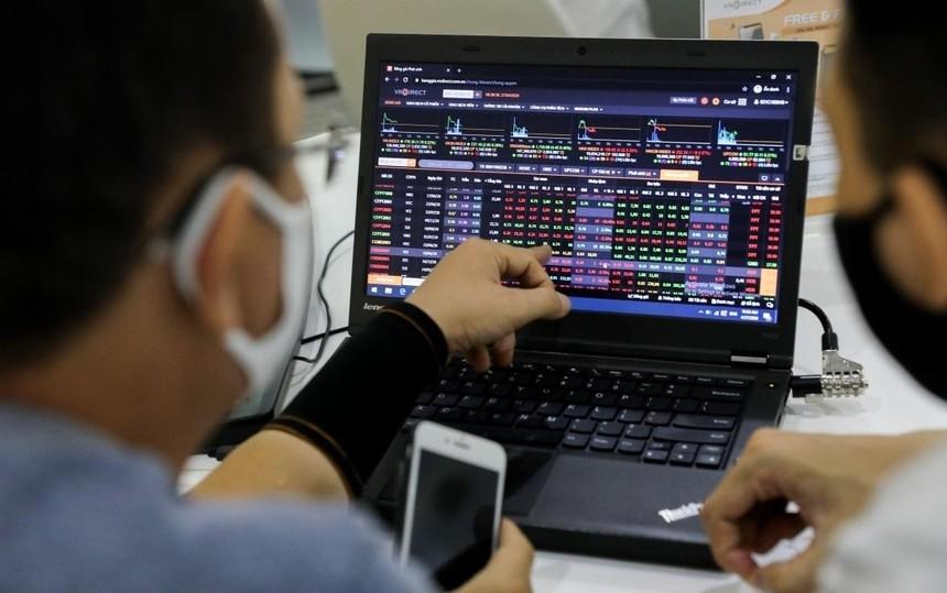 Sự khởi sắc của thị trường chứng khoán giúp nhóm cổ phiếu chứng khoán hấp dẫn nhà đầu tư.